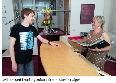 Azubi William mit Empfangsmitarbeiterin Martina Jäger